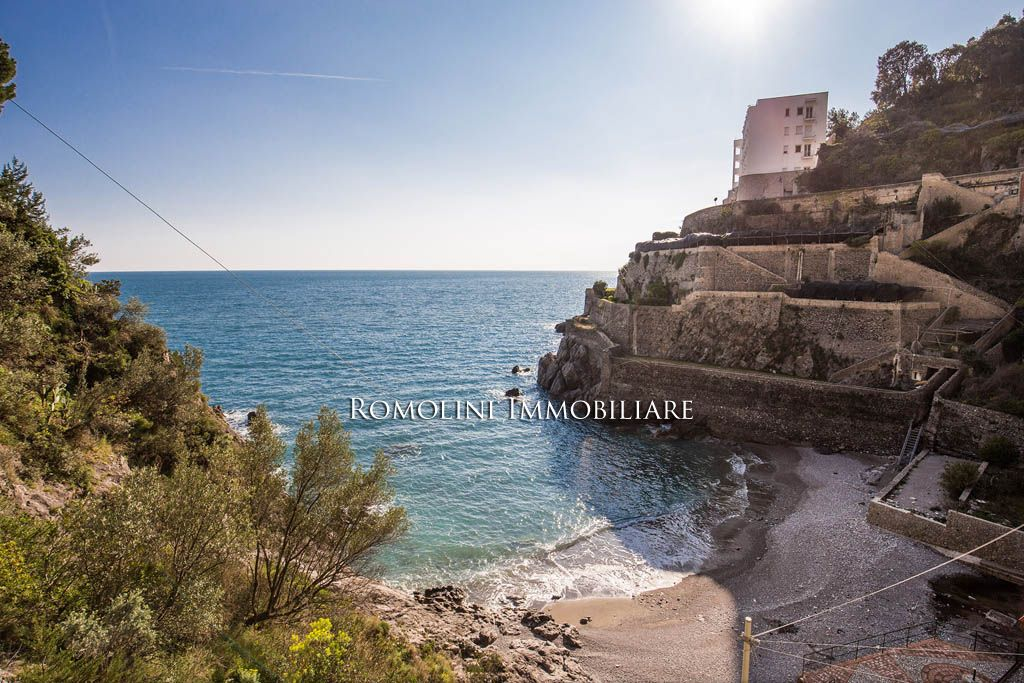 VILLA WITH DIRECT ACCESS TO THE SEA AND PARKING SPACE FOR SALE MAIORI