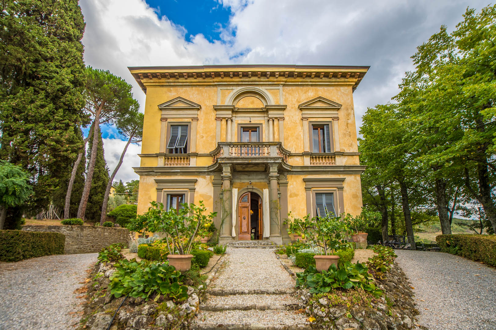 CHIANTI HILLS: VILLA WITH PANORAMIC VIEW, DEPENDANCE AND VINEYARD