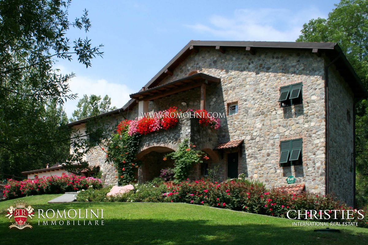 FARMHOUSE WITH POOL FOR SALE LUNIGIANA TUSCANY