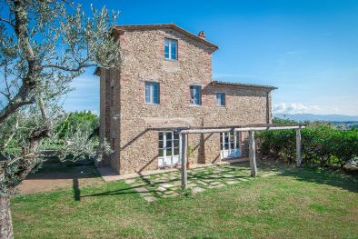 TUSCANY: ECO-FRIENDLY FARMHOUSE WITH GARDEN AND OLIVE GROVE  Maggiori Dettagli e Foto