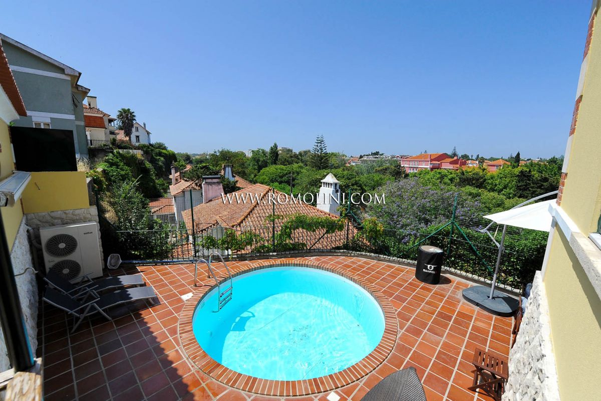 SANTO AMARO DE OEIRAS: VILLA WITH POOL AND GARDEN FOR SALE
