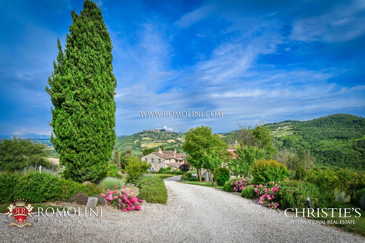 TODI, UMBRIA: TYPICAL FARMHOUSE WITH WELLNESS CENTRE FOR SALE