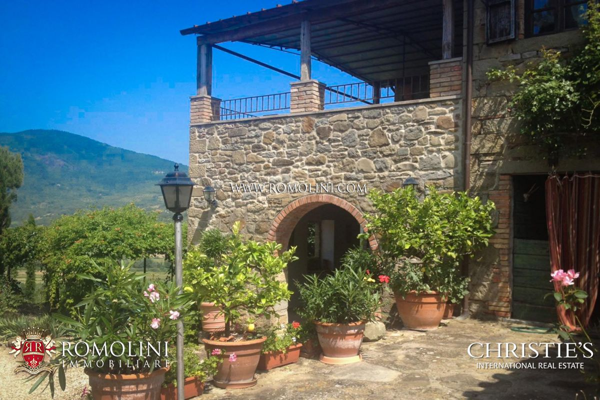 FARMHOUSE FOR SALE IN PANORAMIC LOCATION, NICCONE VALLEY