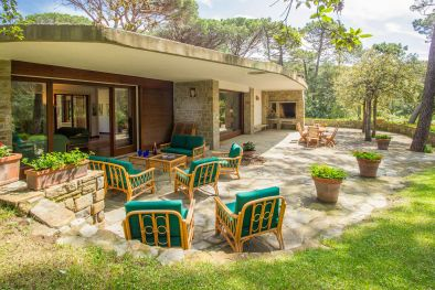 EXCLUSIVE VILLA WITH GARDEN AND PRIVATE BEACH FOR SALE, ROCCAMARE  Maggiori Dettagli e Foto