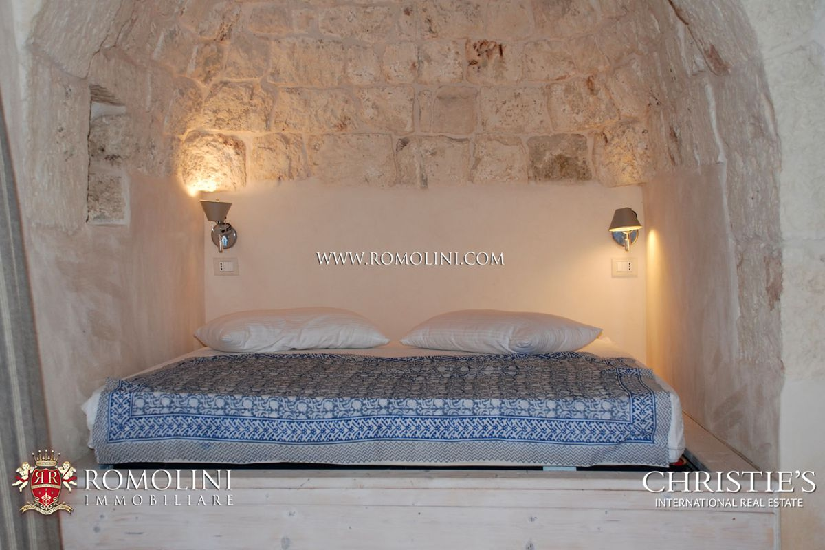 VILLA WITH OLIVE GROVE FOR SALE IN APULIA, ITALY