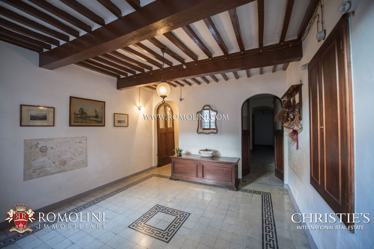 HOUSE IN THE HISTORIC CENTRE WITH TERRACE AND GARAGE FOR SALE