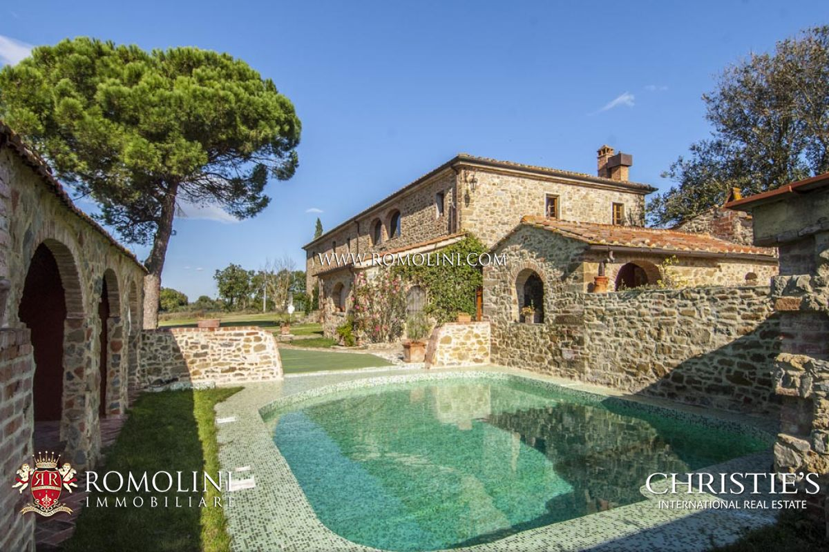MANOR HOUSE FOR SALE IN AREZZO, TUSCANY - Farmhouse with 5 hectares of land for sale in Italy