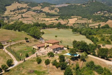 COMPLEX WITH THREE LUXURY VILLAS, POOL AND LAND FOR SALE IN TUSCANY