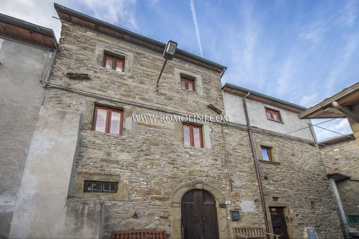 3 BEDROOM END OF TERRACE STONE HOUSE WITH GARDEN FOR SALE TUSCANY