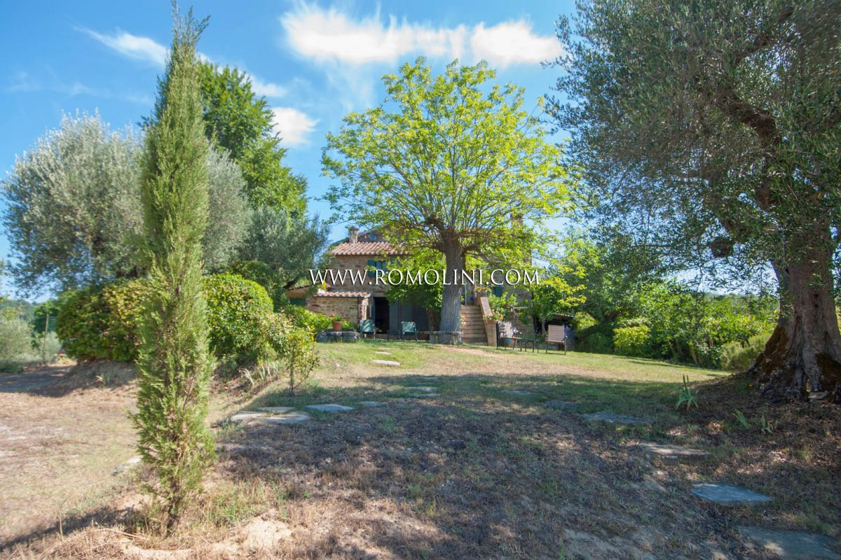 CORTONA, TUSCANY: FARMHOUSE WITH PANORAMIC VIEW AND POOL FOR SALE