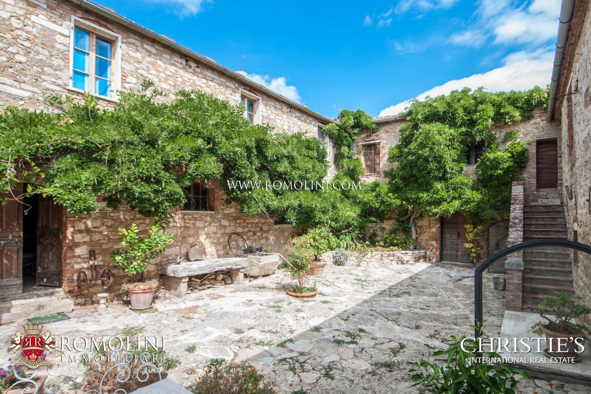 RAPOLANO TERME: FARMHOUSE WITH GARDEN AND OLIVE GROVE FOR SALE