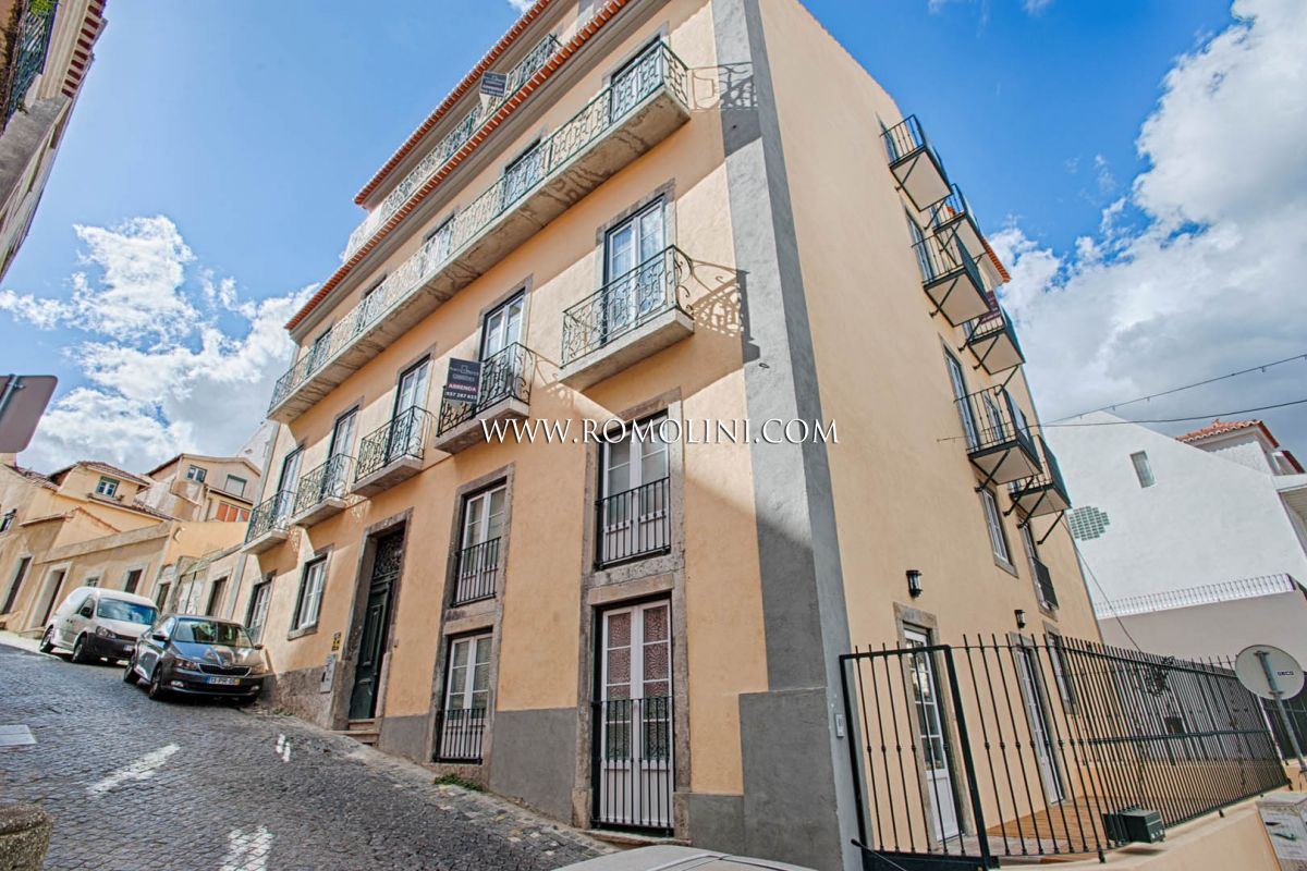 2-BEDROOMED APARTMENT WITH GARDEN FOR SALE IN LISBON, PORTUGAL