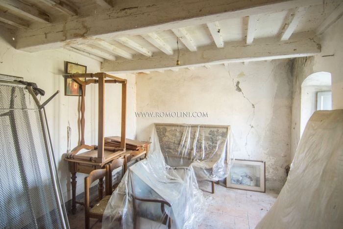 CAPRESE MICHELANGELO: TOWN HOUSE TO BE RESTORED FOR SALE
