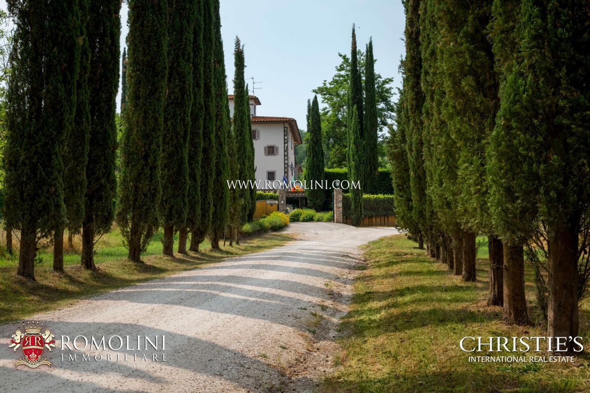 HISTORIC MANSION WITH 33 HECTARES FOR SALE IN VALDARNO, TUSCANY