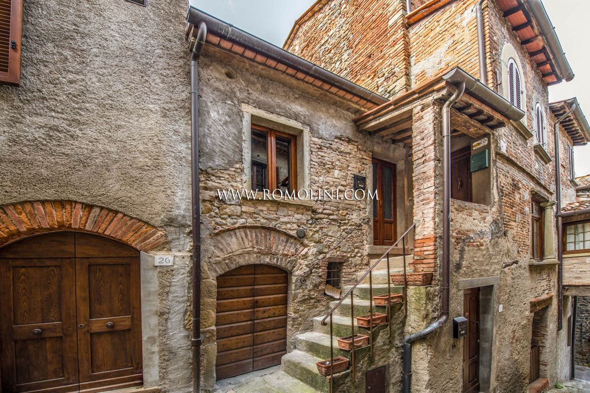 TOWN HOUSE FOR SALE IN THE HISTORIC CENTRE OF ANGHIARI, TUSCANY