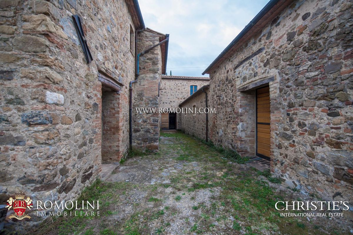 WINE ESTATE FOR SALE IN MONTALCINO, VAL D'ORCIA – 7.2 HA VINEYARDS