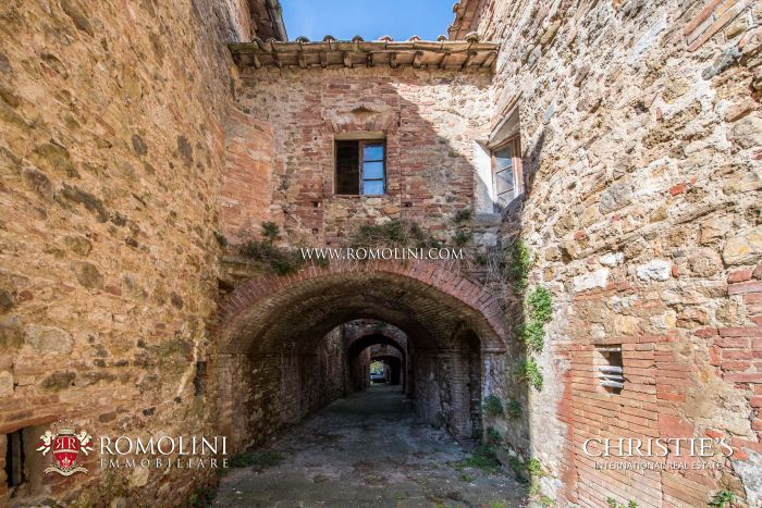 A RENOVATION PROJECT FOR A BOUTIQUE HOTEL AND VILLAS FOR SALE IN TUSCANY