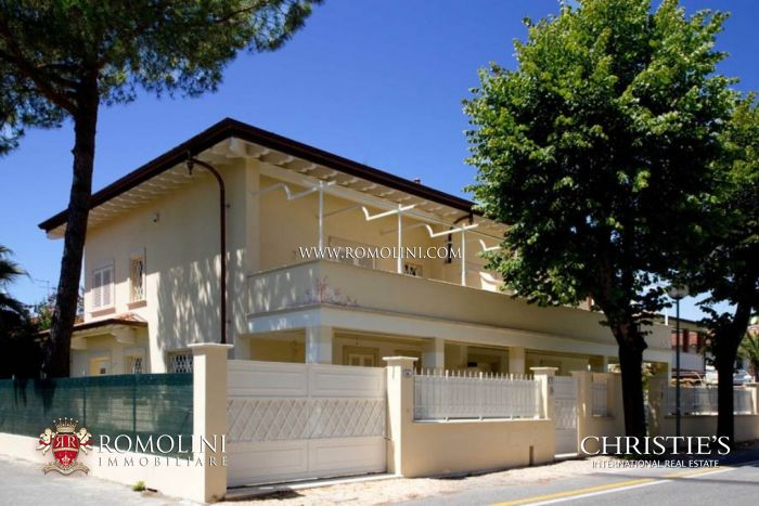Double semi-detached villa for sale in Forte dei Marmi