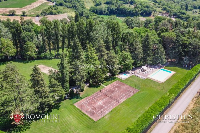 SMALL HAMLET FOR SALE IN UMBRIA