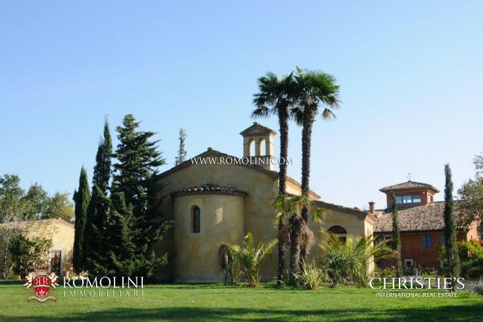 HISTORICAL VILLA WITH ANNEXES AND POOL MARCHE