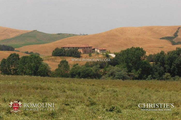 FARMHOUSE WITH POOL FOR SALE IN SIENA, TUSCANY