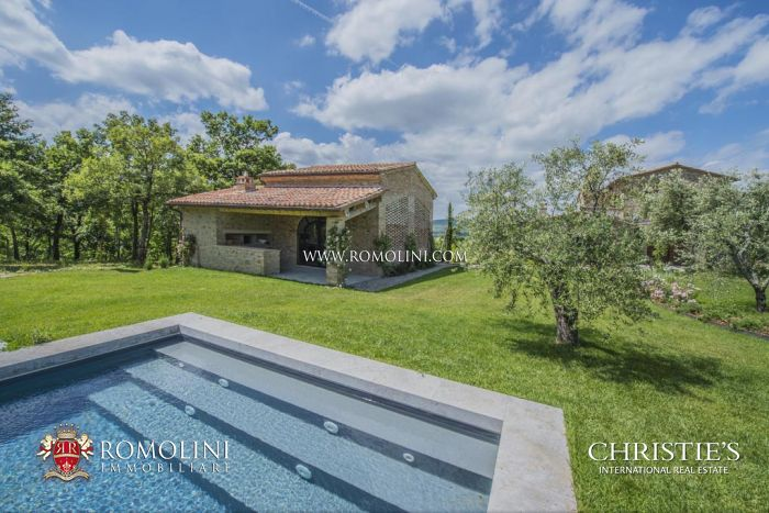 FARMHOUSE FOR SALE IN UMBRIA WITH POOL AND TENNIS COURT