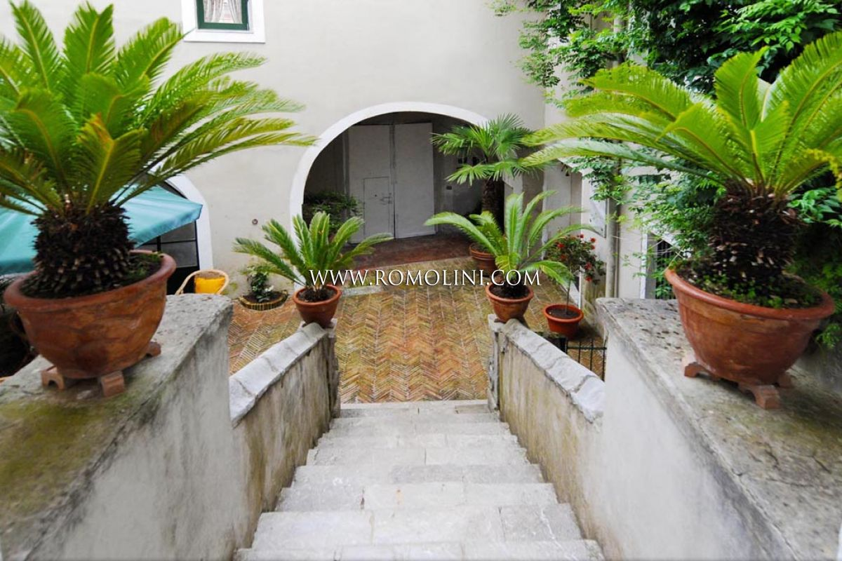 HISTORICAL BUILDING, CHARMING B&B FOR SALE IN ITALY, SALERNO