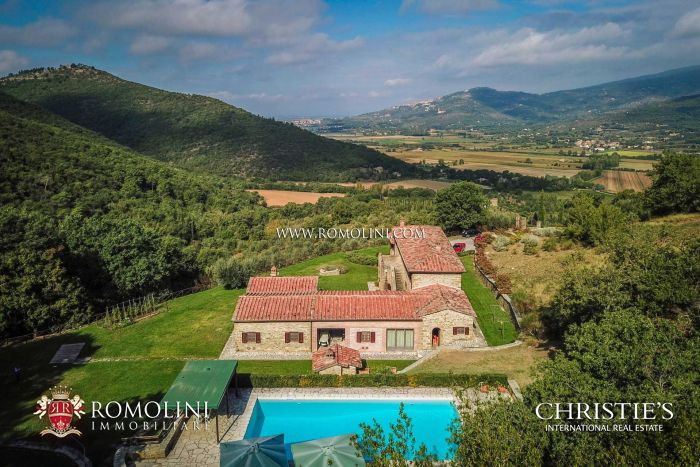 Villa for sale in Cortona Syrah vineyards
