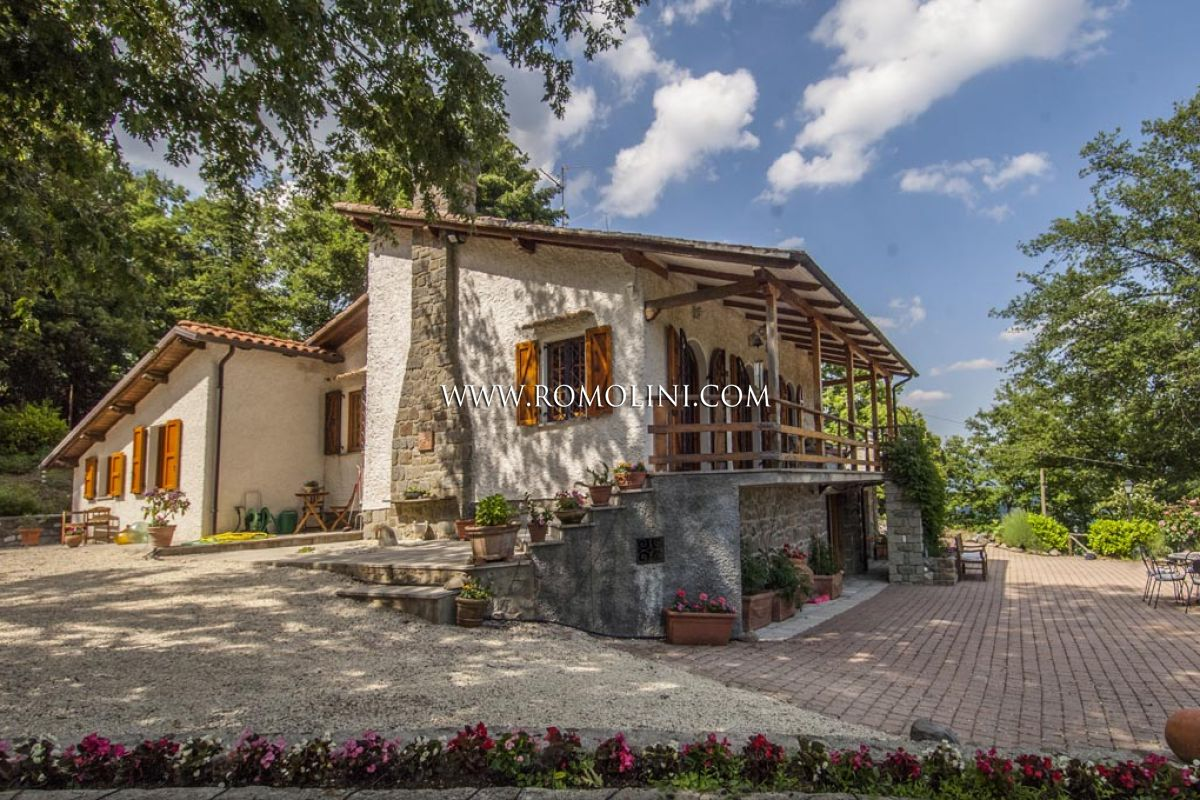 VILLA LAKE VIEW FOR SALE IN TUSCANY